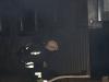 Brandmännen går in för att söka efter personer som är kvar i scoutstugan