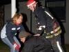 Brandmännen tar ut Anders som fanns kvar inne i stugan