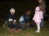 Föräldrar övar livräddning på en branddocka