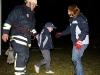 Vincent hjälps ut av brandmännen