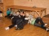 Scouterna lägger sig för att sova i scoutstugan