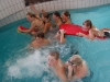 Scouter i full fart med att bada