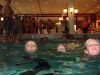Spårartjejer simmar 50 meter