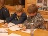 Bailey och Pontus arbetar tillsammans för att lösa ett långt scoutchiffer