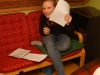 Emelie tittar fram bakom pappret