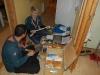Anders och Evelina sorterar sjukvårdsmaterial