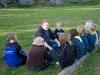 Martin pratar med miniorerna om egenvård på läger
