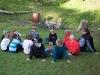 Mattias pratar om med juniorerna om huggormar, fästingar och andra saker man kan råka ut för på läger