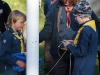 Richard visar Felix och Niklas hur man sätter fast flaggan.