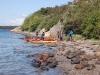 Patrullscouterna gör ett strandhugg under sin kajakpaddling
