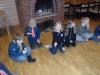 Scouterna tänder tändstickor och provar att reglera lågan