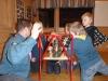 Mattias berättar gamla minnen om fotogenlyktaor. Scouterna ser skeptiska ut