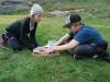 Ida och Pontus rullar pinnbrödskorvar