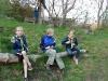 Sigge, Johannes och Elina njuter av nybakat pinnbröd