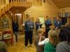 Mattias berättar för scouterna hur de ska ställa sig