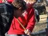 Oscar och Jonas hjälper till att köra löv och annat till komposten