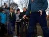 Mattias berättar hur juniorerna skall göra när de gör blåbärssoppa