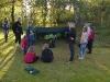 Patrullscouter och juniorer sätter upp vindskydd