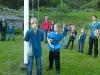 Elin och Cornelia halar flaggan