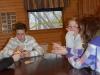 Vi spelar kort medan de andra gör i ordning sina saker