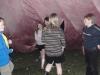Lite längre fram var det de äldre scouterna som röjde i rosa tältet