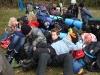 Scouter och packningar i en stor hög. Det är både skönt och tråkigt att lägret är slut