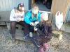 Maja, Tobbe och Ida letar efter blommor i blomboken