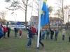Cornelia och Oscar halar flaggan